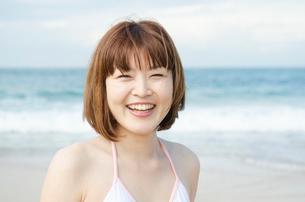 ビーチで笑うビキニ姿の女性の写真素材 [FYI01704974]