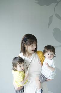 双子を抱っこする女性の写真素材 [FYI01704975]