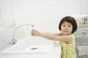 キッチンで手を洗う女の子の写真素材 [FYI01704990]