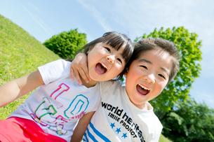 公園で笑う妹と兄の写真素材 [FYI01705001]