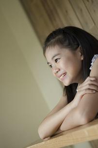 遠くを見つめる笑顔の女の子の写真素材 [FYI01705006]