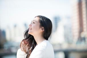 笑顔の女性の横顔の写真素材 [FYI01705010]