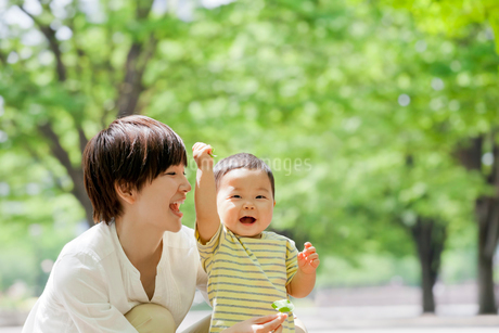 公園で母親と遊ぶ男の子の写真素材 [FYI01705053]