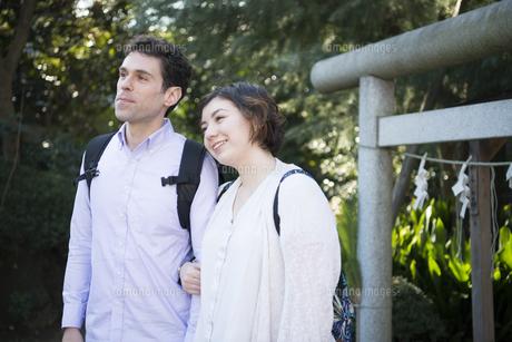 神社で腕を組んでいる外国人観光客の写真素材 [FYI01705056]
