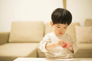 お手玉で遊んでいる男の子の写真素材 [FYI01705078]