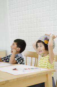 ポーズをとる女の子と笑う男の子の写真素材 [FYI01705086]