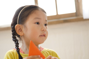 折り紙を持っている女の子の写真素材 [FYI01705110]