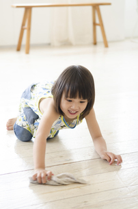 床を拭いている女の子の写真素材 [FYI01705112]