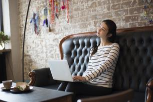 カフェでパソコンを開いてる女性の写真素材 [FYI01705137]