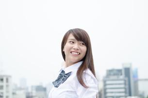 振り返る笑顔の制服姿の女性の写真素材 [FYI01705148]