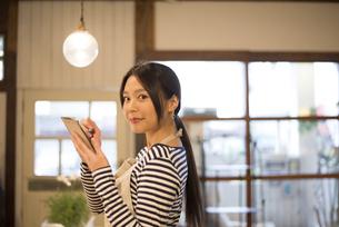 カフェで働いている女性の写真素材 [FYI01705179]