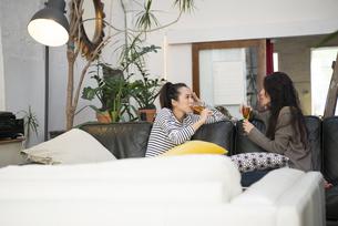 ソファに座っておしゃべりをしている女性2人の写真素材 [FYI01705187]