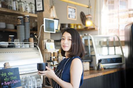 カフェで仕事をしている店員の写真素材 [FYI01705188]