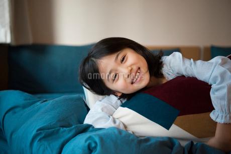 ベッドで笑っている女の子の写真素材 [FYI01705201]