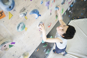ボルダリングをしている女性の写真素材 [FYI01705217]