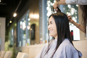 美容室で髪を切っている女性の写真素材 [FYI01705218]