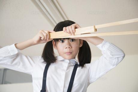 大きなコンパスを持っている小学生の女の子の写真素材 [FYI01705229]