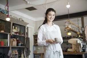 カフェで働いている女性の写真素材 [FYI01705234]