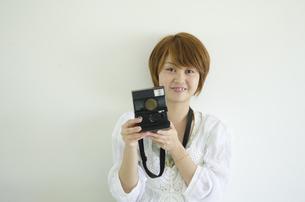 ポラロイドを持っている女性の写真素材 [FYI01705253]