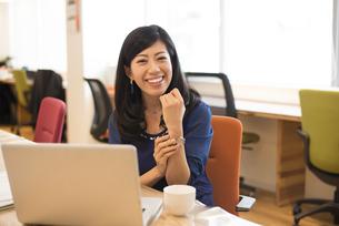 シェアオフィスで笑っている女性の写真素材 [FYI01705266]