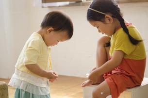 絆創膏を貼っている女の子の写真素材 [FYI01705280]