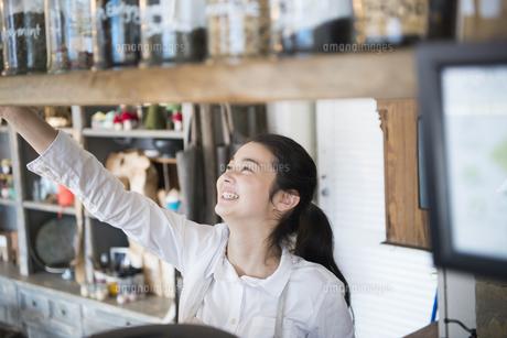 カフェで働いている女性の写真素材 [FYI01705281]