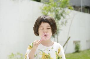 シャボン玉を吹いている女の子の写真素材 [FYI01705285]