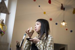 コーヒーを飲んでいる女性の写真素材 [FYI01705290]