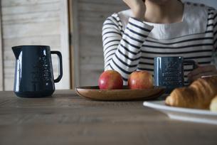 朝食風景と女性の手元の写真素材 [FYI01705294]