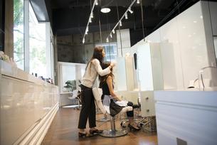 美容室でヘアセットをしている女性の写真素材 [FYI01705297]
