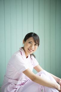 制服姿で座って微笑んでいる女性の写真素材 [FYI01705300]