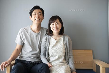 ソファに座っている夫婦の写真素材 [FYI01705309]