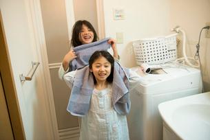 タオルで髪を拭いている姉妹の写真素材 [FYI01705312]