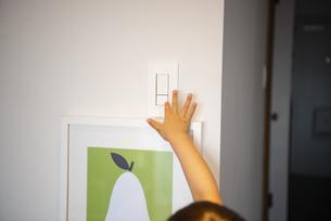 家のスイッチと子供の手の写真素材 [FYI01705315]