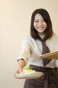 カフェで働く笑顔の女性の写真素材 [FYI01705316]