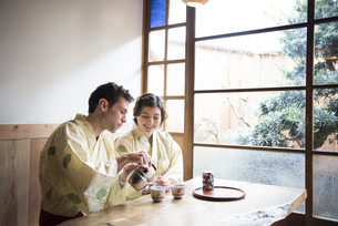 浴衣姿でお茶を入れている外国人カップルの写真素材 [FYI01705324]