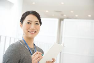 スケジュール帳を持っている女性の写真素材 [FYI01705326]