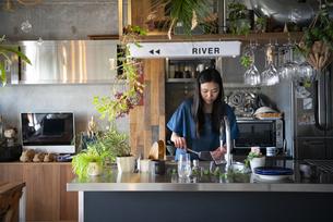 キッチンで洗い物をしている女性の写真素材 [FYI01705347]