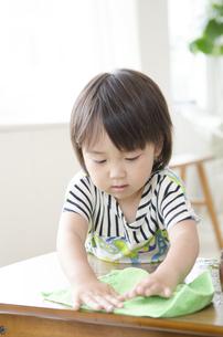 机の上を拭いている男の子の写真素材 [FYI01705377]