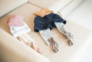 ソファに並べられている子供の着替えの写真素材 [FYI01705381]