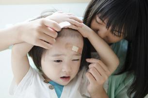 絆創膏を貼っている子供の写真素材 [FYI01705383]