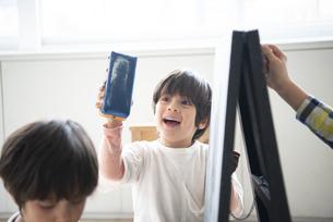 黒板で遊んでいる子供たちの写真素材 [FYI01705393]