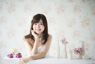 ウェディングドレスを着て笑っている女性の写真素材 [FYI01705397]