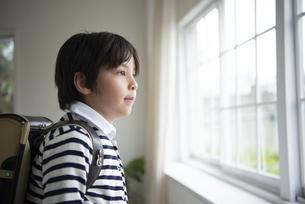 ランドセルを背負っている男の子の写真素材 [FYI01705405]