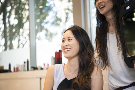 美容室でヘアセットをしている女性の写真素材 [FYI01705406]