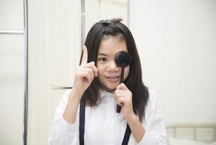 目の検査をしている小学生の女の子の写真素材 [FYI01705427]
