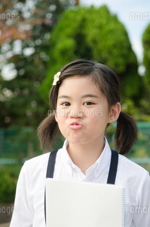 おどけた顔をしている小学生の女の子の写真素材 [FYI01705428]