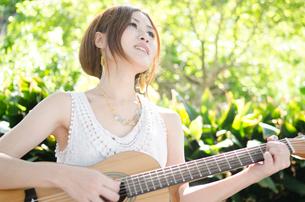 ギターを弾いている女性の写真素材 [FYI01705432]