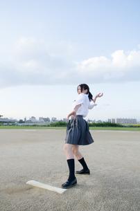 ボールを投げるふりをする女子学生の写真素材 [FYI01705441]