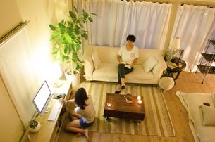 家でリラックスするカップルの写真素材 [FYI01705476]